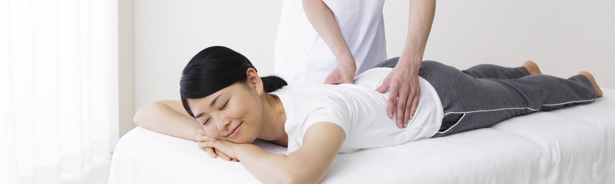 接骨院で施術を受ける女性